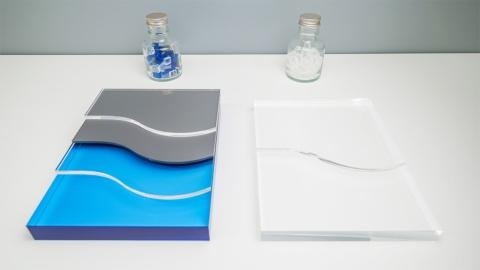 フィルムパッケージの素材構成のイメージ。従来のフィルムパッケージ(左)は複数の素材が貼り合わされているため、リサイクルが難しい。単一素材(右)にすることでよりリサイクルしやすくなる