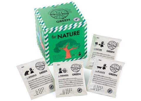 カエルのマークが、「レインフォレスト・アライアンス」認証。世界を旅する「ドリップ氏」が見つけたコーヒーを、手紙と共にユーザーに届けるというコンセプト「Drip on the World」なので、パッケージはエアメール風のデザイン。各面には環境問題を伝えるメッセージも記載。「for NATURE」は自然保護を意味する。個包装には「手紙」が書かれている。20袋入りで価格は1490円(税込み)