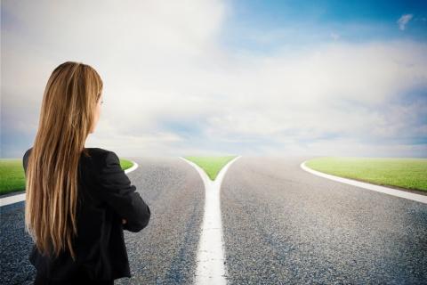 このまま今の勤務先でマーケティング職を続けるか、転職するか、あるいは他部門の仕事か(写真/Shutterstock)