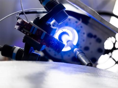 リレーティビティーが工場内に設置した大型3Dプリンター。上の写真の右奥が設置場所、下の写真が印刷ヘッド部(出所/リレーティビティースペース)
