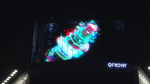東京・渋谷のスクランブル交差点に設置した透過性LEDビジョンの「宙に浮かぶコカ・コーラ」