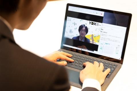 「Yamato Digital Academy」での学習風景。受講者はパソコンでどこでもオンラインで学べ、ライブによるプログラムで講師に質問もできる(写真/丸毛 透)