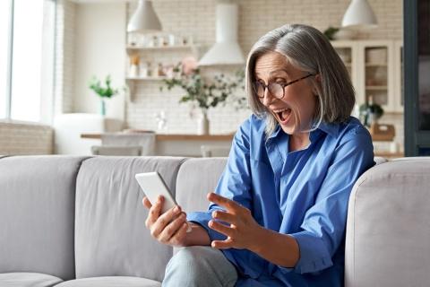 ネットサービスやアプリを活用したり、ITスキルを保有したりしている人は自粛モードの中でも日々の生活を充実させ、生活満足度を維持できている(写真/Shutterstock)