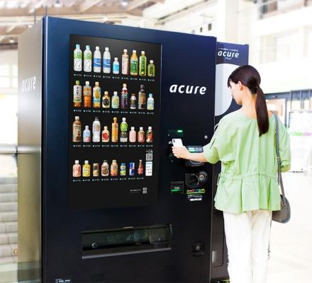 JR東日本エリアの駅に設置した「イノベーション自販機」と呼ばれる最新型の自動販売機で1日1本ドリンクを受け取れるサブスクサービス「every pass(エブリーパス)」を提供している(写真提供/JR東⽇本クロスステーション)