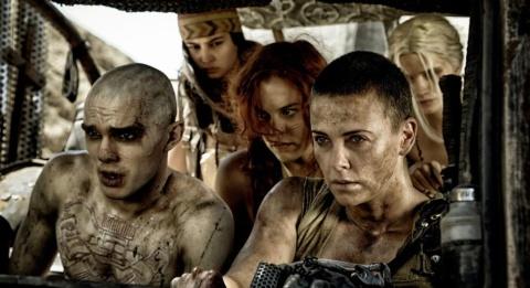 『マッドマックス 怒りのデス・ロード』で物語の主軸となるのは、実は主人公のマックスではなく、女戦士フュリオサと彼女に連帯する女たちの闘いだ (c)2015 VILLAGE ROADSHOW FILMS (BVI) LIMITED