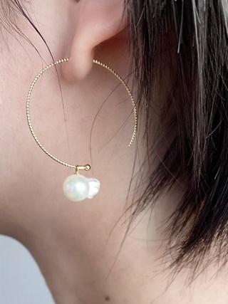 ピアスとして加工した金魚真珠。耳元で揺れると、本当に泳いでいるように見える