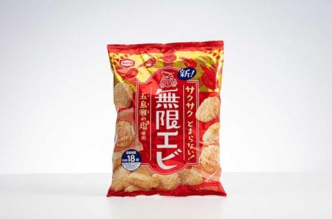 亀田製菓の「83g 無限エビ」。メタリックな赤をベースに、白抜きで大きく「無限エビ」をレイアウト。パッケージデザインは、社内のデザインチームが手掛けた