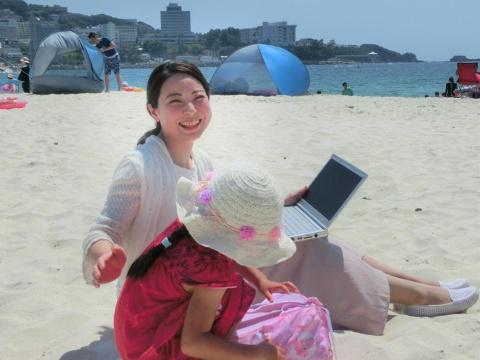 仕事を休まず子どもと旅行できる「親子ワーケーション」。2018年夏に初挑戦した親子ワーケーションでは、「ビーチでも仕事をしてみたが、砂浜が暑すぎた。ビーチワーケーションのお薦めは春か秋」(今村氏)