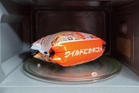 加熱中は袋が大きく膨らむが、中の蒸気は自然に抜ける。画像は袋が膨らんだ調理中の様子