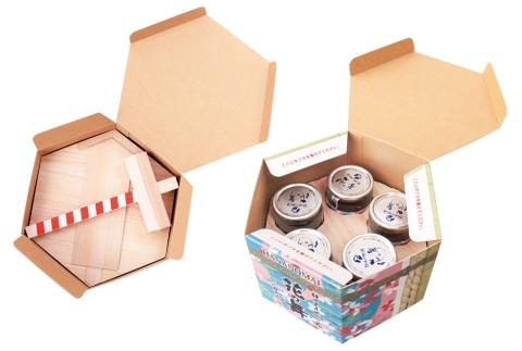 パッケージを開けると、紙製の木槌、木札、蓋が入っている。これらを取り出すと5本のカップ酒が見える。蓋をこの上に置けば準備完了