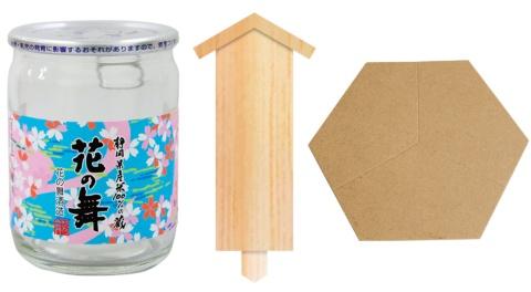 木札はたるに立てて使用する。通常の鏡開きでは寄贈者の名前を掲示するが、使い方は自由だ。カップ酒は容量が120ミリリットルと小ぶりなサイズ。蓋の裏にはきれいに割れやすいように切れ込みが入っている