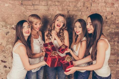 サプライズプレゼントは時代遅れ? 贈ることが目的ではなく、コミュニケーションとしてのギフトがZ世代でトレンドに(画像/Shutterstock)