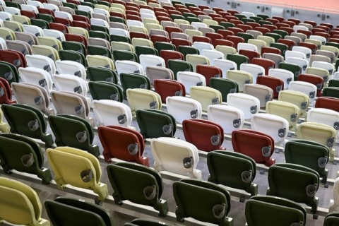 国立競技場のスタンドの椅子は5色の配色で空席が目立ちにくい工夫がされているが、無観客ではその効果も発揮されない