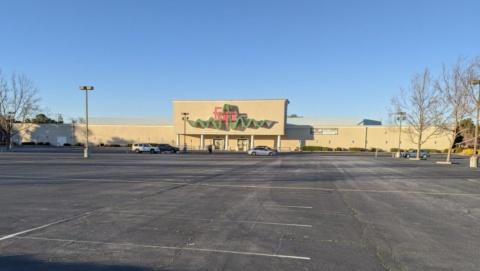 シリコンバレーにあるFry's Electronics(フライズ・エレクトロニクス)の店舗。2021年2月に突如として営業中止を表明した。事業停止となり広大な駐車場も空になった(撮影/シリコンバレー支局)