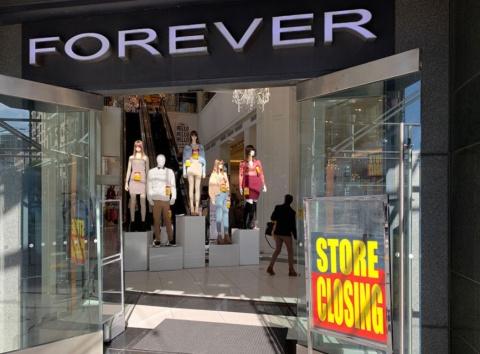 店舗閉鎖に向けセールを行うフォーエバー21の店舗。19年11月に米サンフランシスコ市の大型店「XXI Forever」を撮影(撮影/シリコンバレー支局)