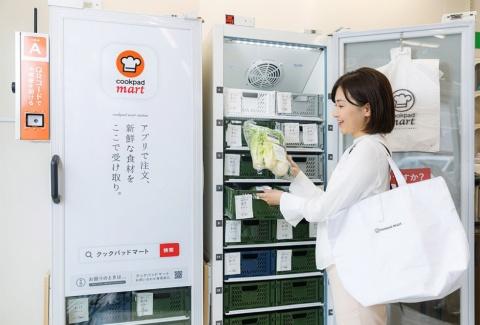 マートステーションでQRコードをかざして食材を受け取る。1カ所で40~50人が利用可能