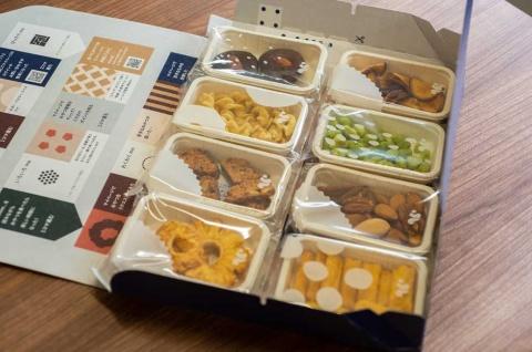 スナックミーからはオリジナルの箱に入って8種類のおやつが届く(写真/工藤朋子)