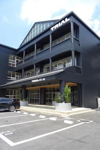 TRIAL IoT Labの外観。旧宮田西中学校の跡地をトライアルHDが買い取り、校舎をほぼそのまま生かして再生させた
