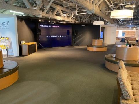 2階に設けられた音響機器と大画面モニターを備えたステージ