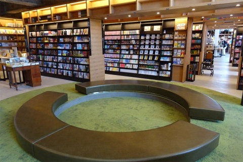 書棚の中に現れる、円形に椅子を配置した小休止できるスペース