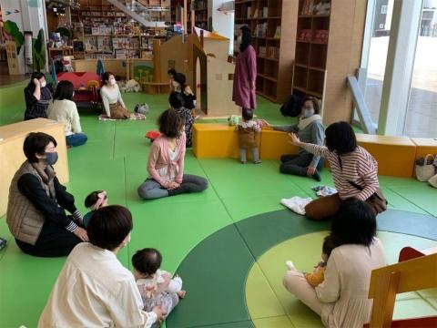 高橋氏が催すコミュニティー活動の模様。場所は函館 蔦屋書店のキッズスペース