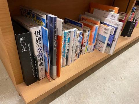 旅の小部屋の書棚にある、通常の書店ではまず見られない風変わりな見出し「長旅」「旅の足」。坂本氏のオリジナルな分類