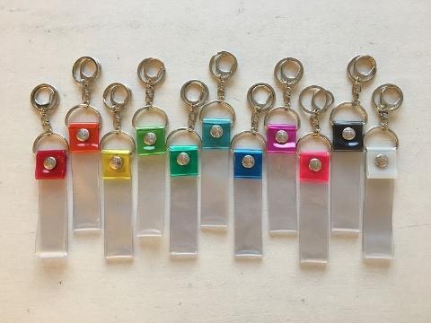 銀テープキーホルダー(税込み759円~)。リストバンドにも形を変えられる。「K-POP人気を受け、最近では『オーロラ』という色を追加した」(兼岩氏)