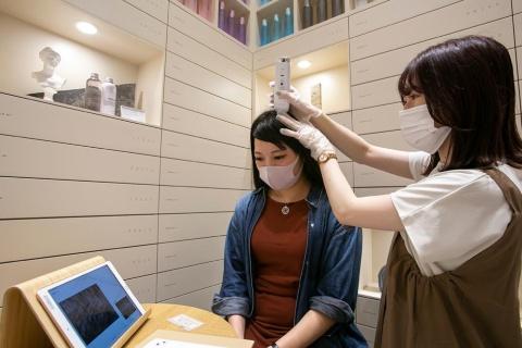 専用機器を使って髪質や頭皮の状態を調べる