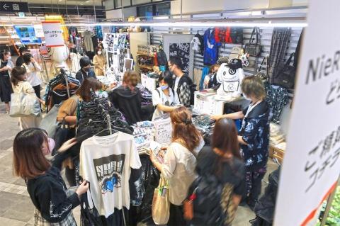 2021年6月、渋谷モディへ移転オープンした「SHIBUYA BASE」。ネットショップ作成サービスのBASEで高い人気を誇るアパレルブランド「NieR CLOTHING(ニーア クロージング)」が出店。連日、にぎわいを見せている