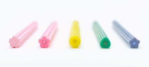 共創型メーカーTRINUS(トリナス)のオープンプロジェクトから生まれた「花色鉛筆」。桜(さくら)、紅梅(こうばい)、蒲公英(たんぽぽ)、常磐(ときわ)、桔梗(ききょう)の5種類がある