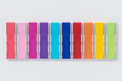 ケースの裏面は、芯の硬度で分類された色付き。開けるとき人さし指が当たる部分に、滑り止めの凹凸を施している