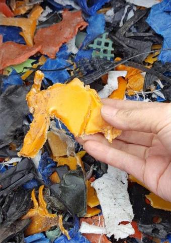 年800万~1200万トンものプラスチックがごみとして海へ放出されているという