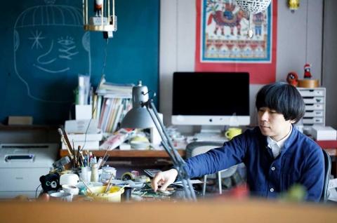 上出長右衛門窯の6代目である上出惠悟氏。1981年石川県生まれ、2006年東京芸術大学美術学部絵画科油画専攻卒業。同年より、上出長右衛門窯の後継者として、職人と共に多くの企画や作品の発表、デザインに携わる。13年合同会社上出瓷藝(かみでしげい)設立を機に、本格的に窯の経営に従事(写真提供/上出長右衛門窯)