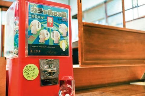 ガチャマシンは龍岸寺と土御門仏所に設置されている。終活イベントなどに出張することもある
