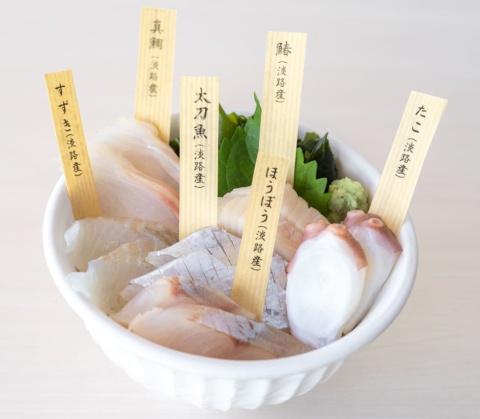 ヒットグルメの「白い海鮮丼」(税込み2420円)。白いネタは日替わり。特製の鯛味噌入り出汁茶漬けで締める