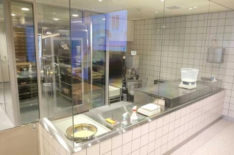 世界一透明なドミノ・ピザは調理場などがガラス張りになっており、外からピザ作りの様子を見られる