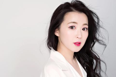 タレント/国際社会文化学者/BeautyThinker CEOのカン・ハンナ氏。韓国でニュースキャスター、経済専門チャンネルMCやコラムニストなどを経て、2011年に来日。芸能活動と並行し、日韓文化の交流と発展に関する研究に携わる。最近の主な研究分野は、メディア学とグローバルコンテンツ研究。その他、19年10月にはBeauty Thinkerを設立し、100%ビーガンコスメブランド「mirari」をローンチ。プロセスエコノミーを積極的に生かしたブランド作りやデジタルを基盤とするグローバル展開に注力している