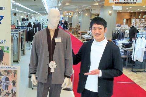 AOKI 広報室 室長の飽田翔太氏。2008年AOKI入社、関西の店舗で販売を担当した後、店舗開発部で新店舗の出店事業などを手掛けた。18年10月より現職。東京オリンピック・パラリンピックの公式服装に採用されたことを受け、同プロジェクトの企画も推進した
