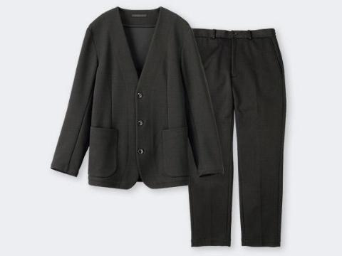 パジャマスーツ(写真は「エアジャージ」タイプ)。柔らかな着心地とスーツのような見た目を両立した