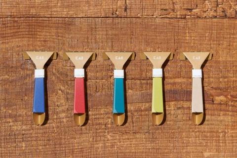 ハンドル部分を紙で作り、プラスチックを98%削減した「紙カミソリ」