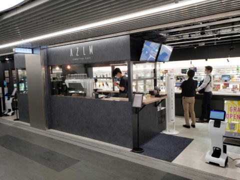 2021年7月にオープンした「AZLM CONNECTED CAFE」はショールームが一体となったAIカフェだ
