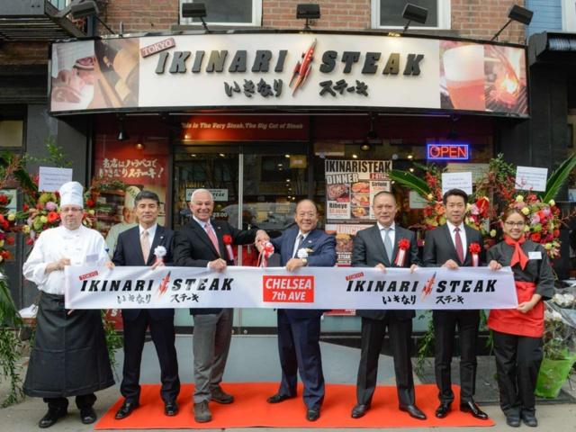 日本国内だけでなく、米ニューヨークにも次々と進出。2018年5月までに7店がオープンした。写真は17年12月にニューヨークで2店目に開店した「いきなり!ステーキ チェルシー 7th Ave店」のオープニングセレモニー。ニューヨーク・メッツや千葉ロッテマリーンズの監督を務めたボビー・バレンタイン氏も駆けつけた(写真提供:ペッパーフードサービス)