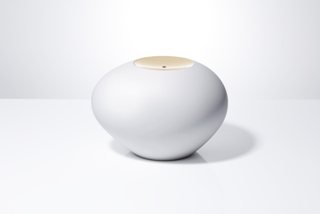 資生堂はベータ版の発表時に、未来の「Optune(オプチューン)」をイメージしたコンセプトモデル「Palm Stone(パームストーン)」も展示していた。「オプチューンは、決してデザインを重視していないブランドではない」という気持ちを発信するためだったという