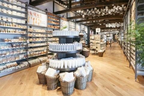 2018年4月にオープンした千葉県鴨川市の総合交流ターミナル「里のMUJI みんなみの里」。良品計画が指定管理者として運営しており、地域の農産物や物産の販売に加えて無印良品の店舗および飲食業態「Café&Meal MUJI」などがある