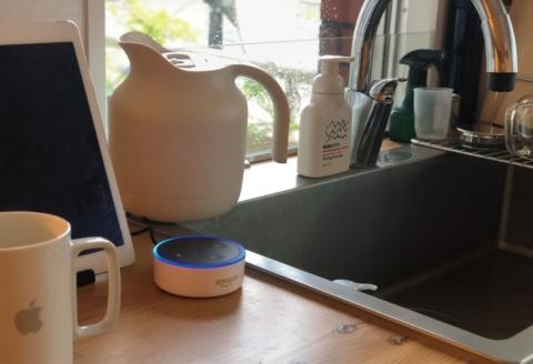 自宅のキッチンにある「Amazon Echo Dot」。人間性を感じられるデジタル機器かもしれない(筆者撮影)
