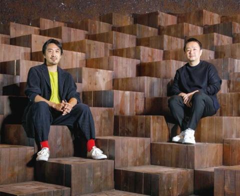 左から田根 剛氏と細谷正人氏。田根氏は 1979 年生まれ。Atelier Tsuyoshi Tane Architects 代表。考古学的な(Archaeological)リサーチと考察を積み重ね、「場所の記憶」から未来をつくる建築「Archaeology of the Future」を推進。その実現を追求している。撮影場所の東京・表参道にある「GYRE.FOOD」の空間デザインも田根氏が手掛けた(写真/丸毛 透)