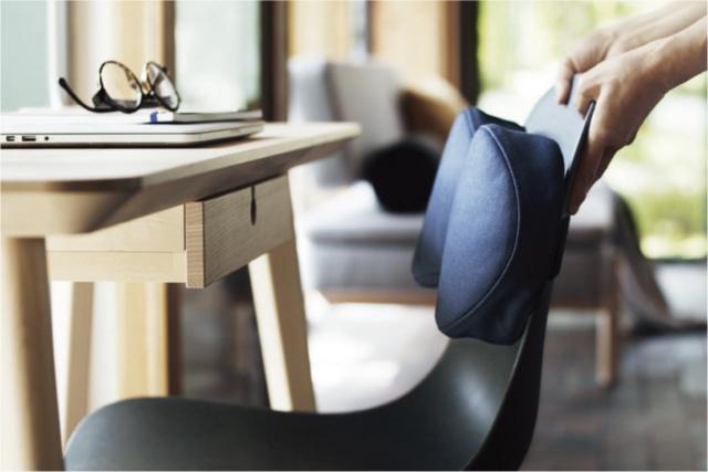 座るときに姿勢をサポートしてくれる「腰当てクッション」(1999円、税込、以下同)