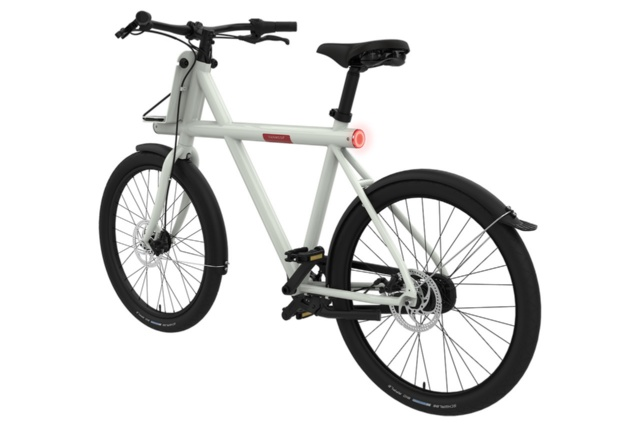 Vanmoof(バンムーフ)のスマート自転車「Smart X」(変速タイプは3段と8段の2種類)。同社は3段変速タイプと8段変速タイプをそれぞれ月額料金2500円、3000円で貸し出す。太いフレームの中に、バッテリーや通信モジュール、照明を組み込こむことで配線や固定用のネジなどが露出しないシンプルなスタイルを実現している。購入する場合の価格は12万円から