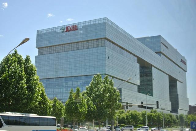 北京にある京東本社。社員の多くは北京市街から巡回バスで出社する。京東の職員は傘下の金融会社を除いて15万人、配送員は6.5万人だ