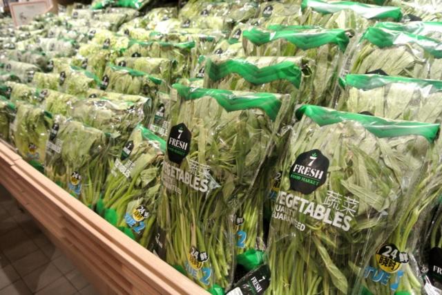 中国野菜の棚。パッケージには「TUE2(火曜)」と表示。取材日は火曜日で、その日に並んだもの。新鮮さをアピールしている